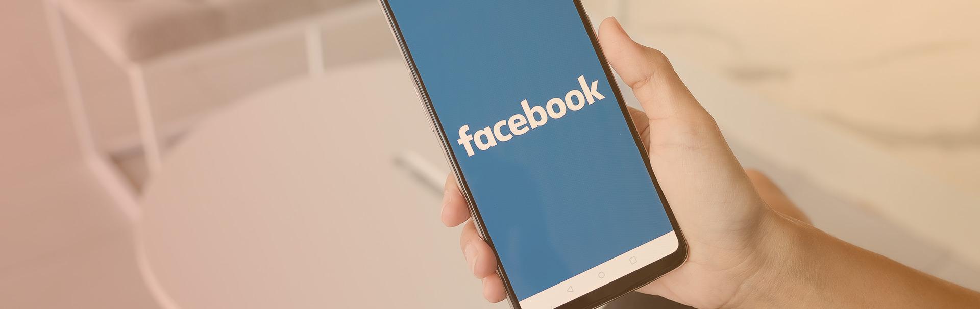 telefon z aktywną aplikacją facebook